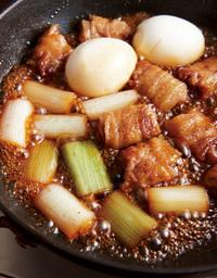 ねぎ、煮汁を加えてふたをし、5分ほど蒸し煮にする。ふたを取ってゆで卵を加え、強めの中火にする。煮立ったら、フライパンを前後に揺すりながら、全体に煮汁がとろりとからむまで3~4分煮つめる。