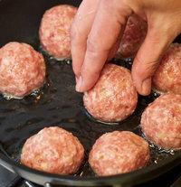 直径20cmのフライパンにサラダ油大さじ3を中温※に熱し、【1】を入れる。ときどきころがしながら、まんべんなく色づくように7 分ほど揚げ、油をきる。  ※170~180℃/乾いた菜箸の先を底に当てると、細かい泡がシュワシュワッとまっすぐ出る程度。