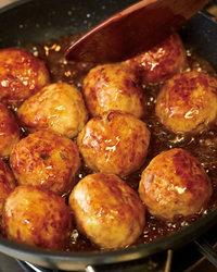 フライパンに残った油をペーパータオルで拭き取り、甘酢あんの材料を入れて混ぜる。中火にかけ、混ぜながらかるくとろみがつくまで煮る。ごま油少々と、【2】を加えて3分ほど煮からめる。器に盛り、フライパンに残ったあんをかけ、白いりごまをふる。