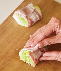 キャベツは耐熱のボールに入れてふんわりとラップをかけ、電子レンジで3分加熱し、さまして水けを絞る。1/8量ずつ豚肉で巻き、小麦粉を薄くまぶす。