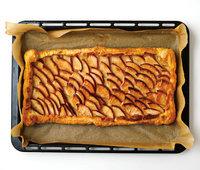 オーブン用シートごと天板にのせ、210℃のオーブンで30分焼く。オーブン用シートごとケーキクーラーにのせ、粗熱を取る。好みの大きさに切る。