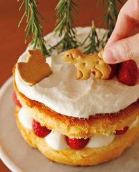残りのスポンジを切り口を下にして重ね、かるく押さえる。残りのクリームをスプーンでのせて広げる。ローズマリーを上下を逆さまにして挿し、残りのいちごをのせ、クッキーを挿す。粉砂糖を茶こしを通してふる。
