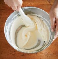 クリームチーズをボールに入れ、ゴムべらでなめらかになるまで練る。サワークリーム、ヨーグルト、グラニュー糖、バニラビーンズの種を順に加え、そのつどなめらかになるまで混ぜる。