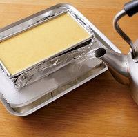 バットに湯(50~60℃)を高さ1~2cmまで注ぐ。バットごと天板にのせてオーブンの下段に入れ、150℃で表面が固まるまで30~40分焼く。バットからはずして完全にさまし、冷蔵庫で3~4時間冷やす。型の周囲にナイフを差し込み、底を熱湯に15秒ほど当てる。平皿をかぶせて上下を返し、型をはずす。  【ポイント】 1.パウンド型は構造的に隅にすきまがあるものも。今回の作り方では、液が多く流れ出ることはないですが、型によって多少もれることがあります。作業台や冷蔵庫が汚れないよう、バットにのせて作業して。  2.コンベクションオーブンを使用するときは、熱風によってプリン液が固まりにくいので、コンベクション機能をオフにして焼いて。オフにできない場合は、アルミホイルをかぶせて焼いてください。  3.プリンは熱の当たりが弱すぎても強すぎてもだめ。ホイルやペーパータオル、湯の量を調節したのでうまく焼けるはずですよ。