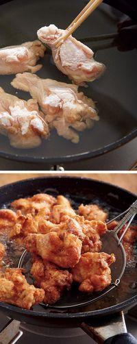 フライパンにサラダ油を高さ2cmくらいまで入れ、鶏肉を加えてから強めの中火にかける。5分ほど揚げて裏返し、再び5分揚げる。強火にし、さらに1~2分揚げる。 【POINT】 火の通りにくい骨つき肉は、冷たい油からじわじわ火を通すのがコツ。最後に強火でカラッと揚げれば、ころもがサクサクに!