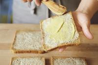 食パンは2枚一組にし、それぞれ内側にバターを薄く塗って、さらに辛子マヨを塗る。