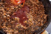 合わせ調味料の材料を混ぜる。フライパンにサラダ油大さじ1とにんにくを入れ、中火にかける。香りが立ったら玉ねぎ、にんじんと塩ひとつまみを加え、しんなりとするまで4分ほど炒める。ひき肉を加え、塩小さじ1/4、粗びき黒こしょう少々をふり、5分ほど炒める。合わせ調味料を加え、全体がなじむまで炒め合わせる。バットに取り出して広げ、さます。
