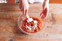 やけどに注意しながらラップをはずし、全体を混ぜる。バター、小麦粉を加えて混ぜる。