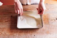 春巻きの皮は2枚ずつ重ねてはがす。バットに牛乳を入れ、春巻きの皮1組をくぐらせてまな板にのせる。