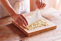 【4】の上にピザ用チーズの1/3量を散らす。もう1組の皮を同様に牛乳にくぐらせ、チーズの上に重ねる。これを2セット作る。