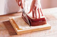 【5】に耐熱皿をかぶせてのせ、サイズに合わせて切る(耐熱皿の幅より1.5cmほど小さく切ると入れやすい)。残った切れ端はとっておく。