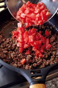 フライパンにオリーブオイル大さじ1、にんにくを入れて中火で熱し、香りが出たらレンジ加熱した玉ねぎを加えて炒める。玉ねぎが透き通ったらひき肉を加えて炒め、塩、こしょうをふる。トマトを加え、強めの中火で7分ほど煮たら、ケチャップを加えて混ぜ、火を止める。