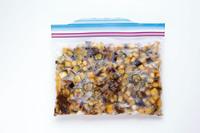 なす1個、みょうが1個は1cm角に切る。オクラ2本は塩少々をふってもみ、うぶ毛を取る。さっと水洗いして、ペーパータオルで水けを拭き、薄い輪切りにする。めんつゆ(2倍希釈)大さじ1、塩昆布(粗いみじん切りにしたもの)3gを冷凍用保存袋に入れてよく混ぜ、野菜を入れてかるくもみ、冷凍する。 食べる時は常温や冷蔵室、袋のまま流水で解凍し、そのまま器に盛りつける。保存期間は、冷凍で約1カ月、解凍後は冷蔵で1~2日。