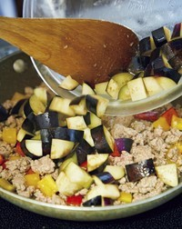 フライパンにサラダ油小さじ1、にんにく、赤唐辛子を弱火で熱し、香りが立ったら中火にしてひき肉を加えて炒める。ひき肉の色が変わってきたら、パプリカ、なすを加えて炒め合わせる。