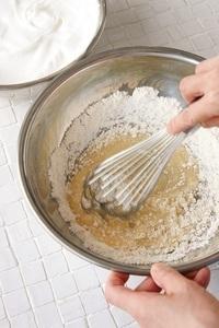 口径25cmのボールにサラダ油を入れる。薄力粉を加え、なめらかになるまで泡立て器でよく混ぜる。  【ポイント】 薄力粉はふるわなくてOK。材料を混ぜる順番を守ることが、なめらかな生地を作る秘訣。