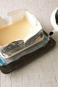 オーブンの天板にふきんをのせ、バットを置く。天板の高さの八分目まで湯をはり、150℃のオーブンの下段で45~50分焼く。途中25~30分で様子をみて、焼き色がついていたらアルミホイルをシートの上にのせるようにしてかぶせる。