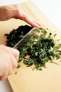 豆腐は横に幅1cmに切る。玉ねぎは縦に薄切りにする。モロヘイヤは葉を摘み、みじん切りにする。