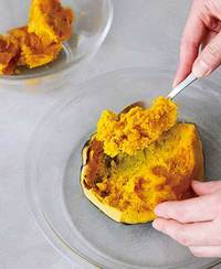 粗熱を取り、スプーンで身をこそげてボールに入れ、フォークなどで粗くつぶす。皮をデコレーション用に使う場合はとっておく(下記「アレンジ」参照)。