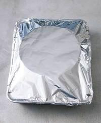 型とバット全体をアルミホイルでおおい、天板にのせてオーブンの下段に入れ、150℃で60分焼く。中心が水面のように揺れなければ焼き上がり。型に入れたまま粗熱を取り、冷蔵庫で3時間以上冷やす(できれば半日~一晩おくとカラメルがほどよく溶ける)。