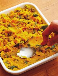 大きめの耐熱の器(※)に【2】のひき肉を敷きつめる。【1】のかぼちゃをのせ、スプーンの背などでかるく押しつけながら、均一に平らに整える。パン粉20gを散らし、オリーブオイル大さじ1を回しかける。250℃のオーブンで、パン粉に薄く焼き色がつくまで12分ほど焼く(途中、焦げそうならアルミホイルをかぶせる)。中濃ソース適宜をかける。  ※耐熱の器は25×20×高さ4cmくらいのものを使用してください。ホーロー、金属製などの耐熱のバットでもOK。