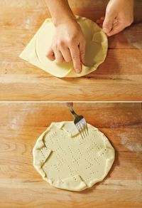 パイシートは室温に2~3分置く。打ち粉を薄くふり、めん棒でひとまわり大きくのばす。直径18cmの皿を裏返してのせて押し、跡をつける。跡にそってシートを内側に折り込む。全体にフォークで穴をあける。オーブン用シートにのせ、冷蔵庫で冷やしておく。  Memo パイシートのふくらみを抑えるため、穴は全面に多めにあけてください。