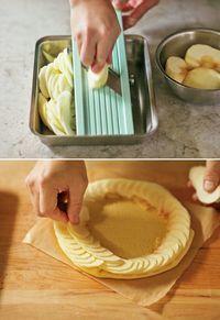 りんごは皮をむいて、縦4等分のくし形に切り、軸としんを取る。スライサーで厚さ1mmの薄切りにする。【1】のパイシートを取り出し、りんごを外側から中心に向かい、少しずつずらして渦を描くように、らせん状に並べる。  Memo りんごはパイシートの縁ぎりぎりに置くと、ふくらみの防止に。外側に大きくて形のよいものを置くと、見栄えがします。りんごの色が変わる前に手早く行って。