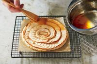 小鍋にジャムを入れて弱火にかける。小さめの泡立て器で混ぜ、なめらかになったら中火にする。1分ほど煮立て、粘りとつやが出たら、火を止める。熱いうちに刷毛で【3】のパイの表面に塗る。