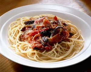 なすとベーコンのトマトソーススパゲティ