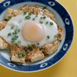 豆腐と削り節入り目玉焼き