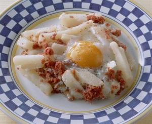 冷凍ポテトとコンビーフの巣ごもり風目玉焼き