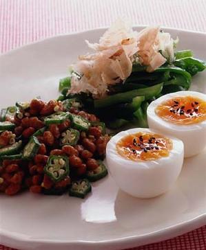 ゆで卵と、オクラの納豆あえ