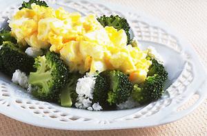ブロッコリーの卵ソースかけ
