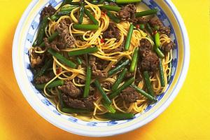 牛肉とにんにくの茎のスパゲティ