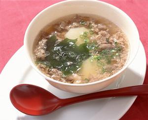 じゃがいもとわかめの牛肉スープ