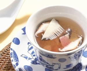 たけのこ、ハム、しいたけの中国風スープ