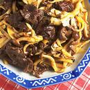 牛肉、きのこ、じゃがいものピリ辛炒め