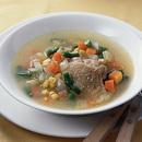 鶏肉とさいの目野菜のスープ