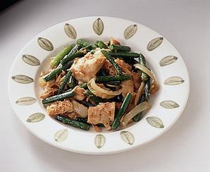ツナとにんにくの茎の豆板醤炒め