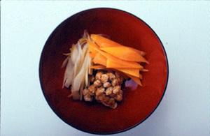 納豆、にんじん、ごぼうのみそ汁