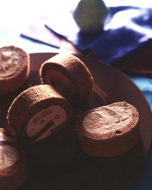 洋梨入りチョコロールケーキ