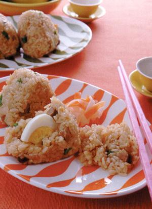 煮豚を使った中華風炊き込みご飯のおにぎり