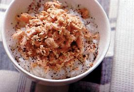 温かいご飯に鮭フレーク