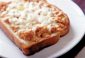 鮭フレークのチーズトースト