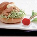 鮭フレークとキャベツのサンドイッチ