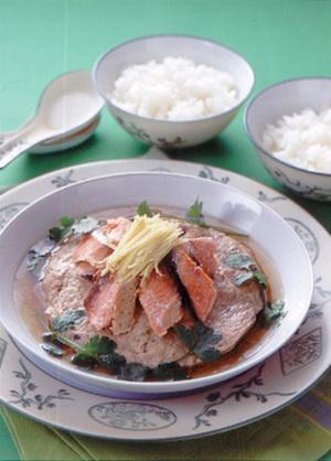 ひき肉の鮭のせ皿蒸し