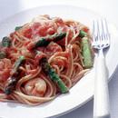 えびとアスパラガスのトマトクリームソースのスパゲティ