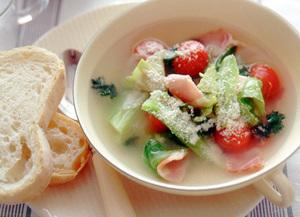 キャベツとプチトマトのチーズスープ