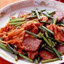 牛カルビとにんにくの茎のキムチ炒め