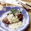 牛肉のステーキ にんにくクリームソース