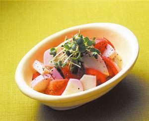 トマトとかまぼこのサラダ